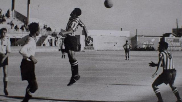 En 1960 Mohamed Maouche (faisant une tête) était l'un des joueurs algériens à quitter son club français de Reims pour rejoindre l'équipe du FLN