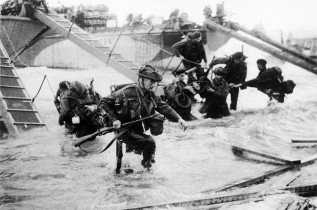 """Paul Woodadge mengusulkan foto Royal Marines di """"Juno Beach"""", Normandia lebih cocok dipakai."""
