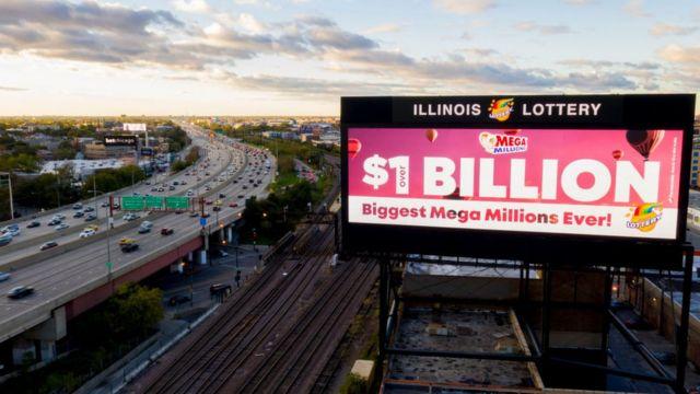Valla en una autopista promocionando el Mega Millions.