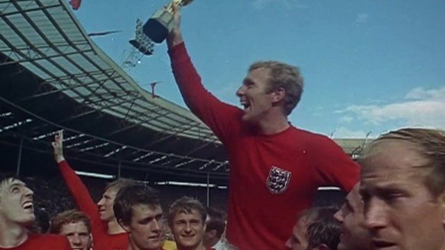 Bobby Moore raises World Cup trophee to the crowd