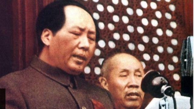 සභාපති මාඕ සේතුං (Mao Zedong) විසින් 1949 ඔක්තෝබර් පළමුවෙනිදා මහජන චීන ජනරජය ප්රකාශයට පත්කරනු ලැබීම