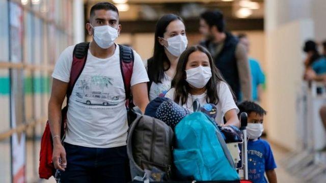 Passageiros usando máscaras