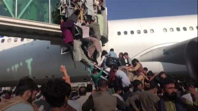 Leo lên máy bay tại sân bay Kabul