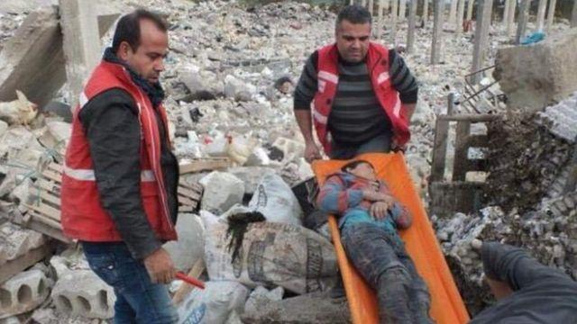 فريق الهلال الأحمر الكردي ينقذ ضحايا القصف التركي على عفرين