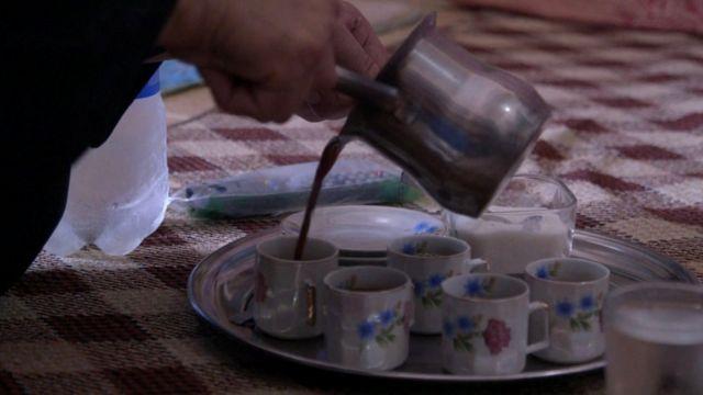قهوة تصب في أكواب.