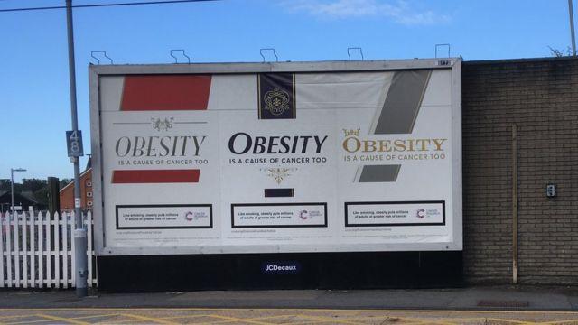 Valla publicitaria que resalta los riesgos de la obesidad