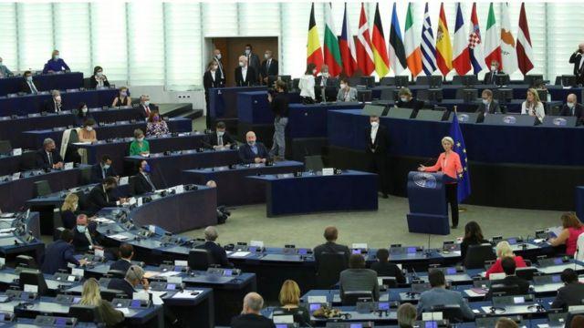 رئیس کمیسیون اتحادیه اروپا، هر سال یکبار در یک سخنرانی کلیدی، مهمترین دستاوردها و تصمیمات پیشرو را با نمایندگان پارلمان در میان میگذارد
