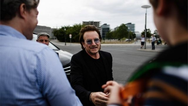 U2အဖွဲ့က အဆိုတော် ဘိုနို