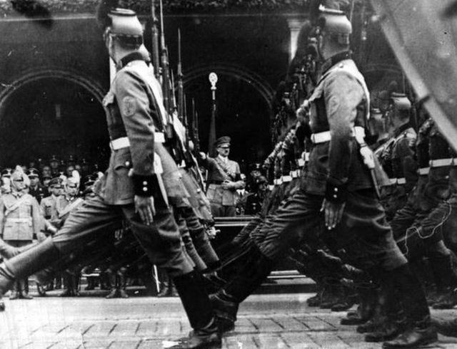 قدم محکم، سبک رژه سربازان آلمان نازی بود (۱۹۴۰)