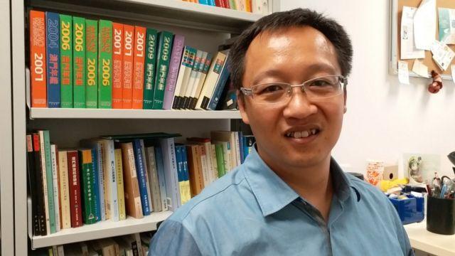 余永逸攝於澳門大學辦公室內(BBC中文網圖片18/9/2017)