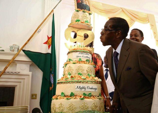 Mu kwa Kabiri, Perezida wa Zimbabwe Robert Mugabe yizihije isabukuru y'amavuko y'imyaka 92 bamukoreye keke nini cyane.