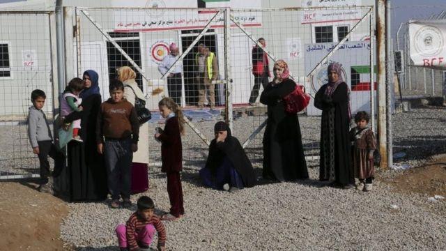 نساء وأطفال في معسكر لاجئين خارج الموصل