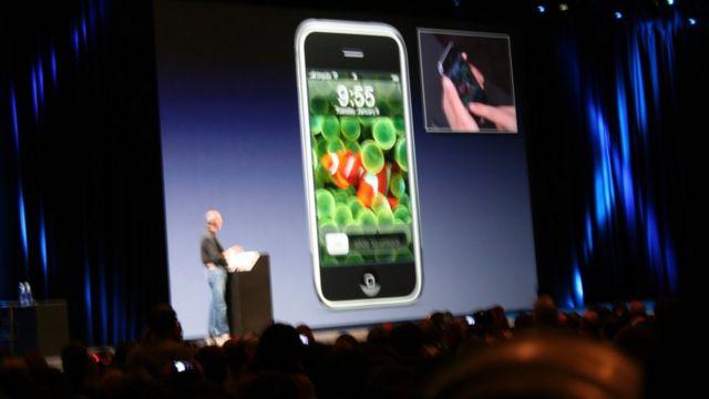 ستيف جوبز يطلق هاتف أيفون.