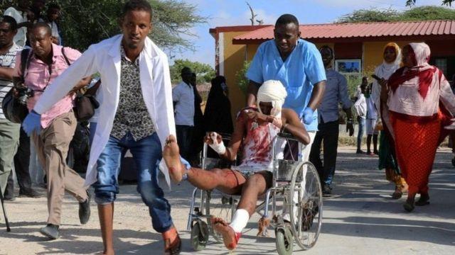 медики везут пострадавшего при взрыве