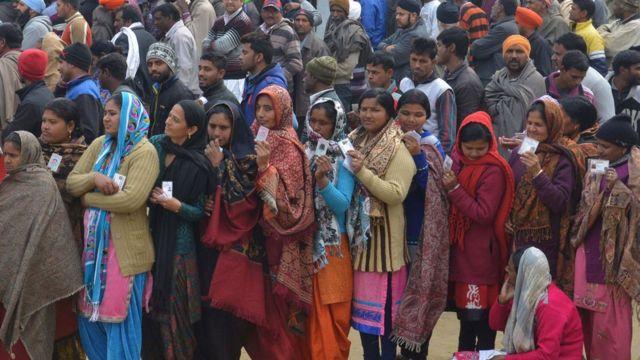 印度举行地区选举,民众排队投票