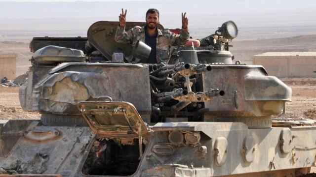 Suriye ordusuna mensup bir asker