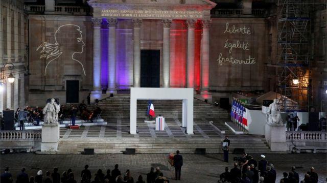 Fransa Cumhurbaşkanı Emmanuel Macron, Sorbonne Üniversitesi'nde düzenlenen devlet töreninde Samuel Paty'ye saygılarını sunuyor
