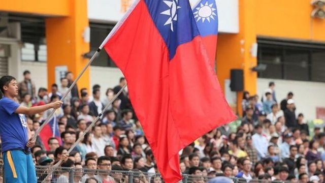 جماهير ترفع علم تايوان
