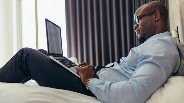 Trabalhar da cama não só significa um desastre ergonômico em potencial, como pode interferir nos seus hábitos de sono