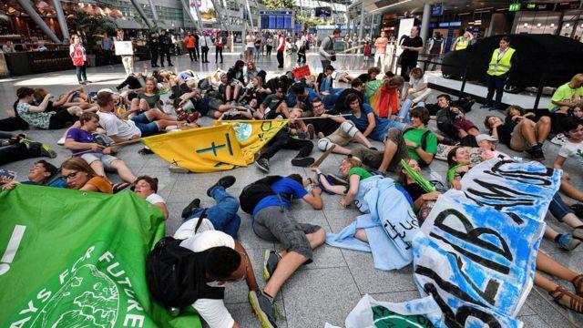 Акция протеста в аэропорту Дюссельдорфа