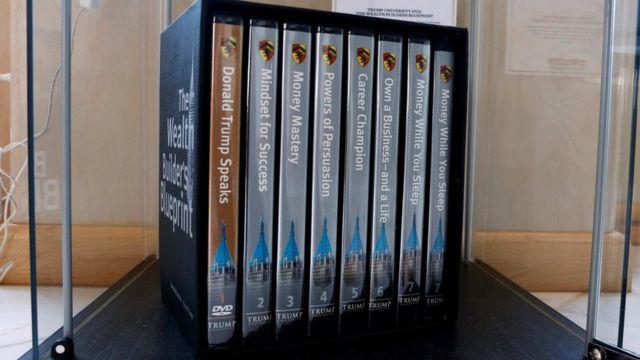 Koleksi DVD tentang seminar-seminar Trump University dipajang saat Konvensi Partai Republi di Cleveland