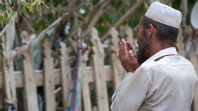 Sincan'da dua eden bir Uygur Türkü