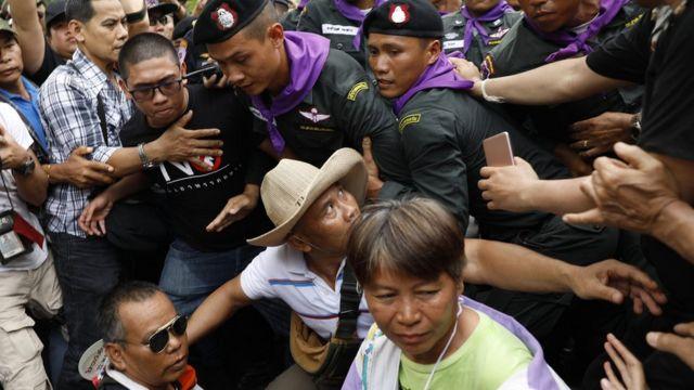 กลุ่มผู้ชุมนุมคนอยากเลือกตั้งปะทะกับตำรวจที่ถนนราชดำเนินก่อนเดินทางถึงทำเนียบรัฐบาล