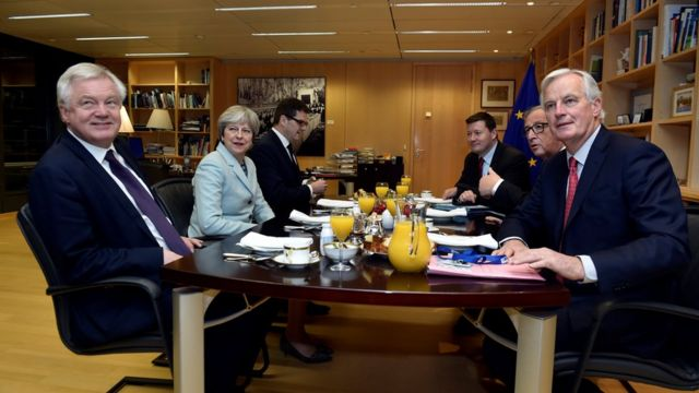 デイビス離脱担当相(写真左)とメイ首相(同左から2人目)は今週、バルニエ首席交渉官(同右)と会談する予定