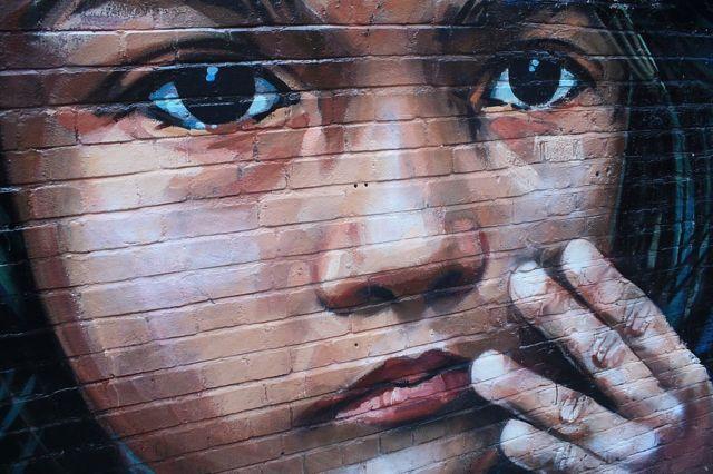 दीवार पर मौजूद चेहरे की पेंटिंग