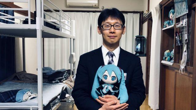 Akihiko Kondo posa para BBC Mundo con su esposa holograma