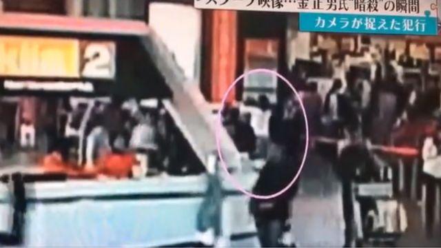 监控录像显示一名身穿白色长袖衣服的女性在吉隆坡机场似乎在箍紧前面的某个人