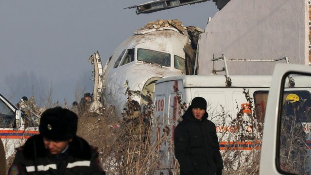 Kazakistan'da içinde 100 kişinin bulunduğu uçak düştü