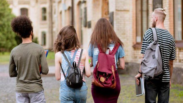 В изучении языков юноши и девушки имеют целый ряд преимуществ перед детьми