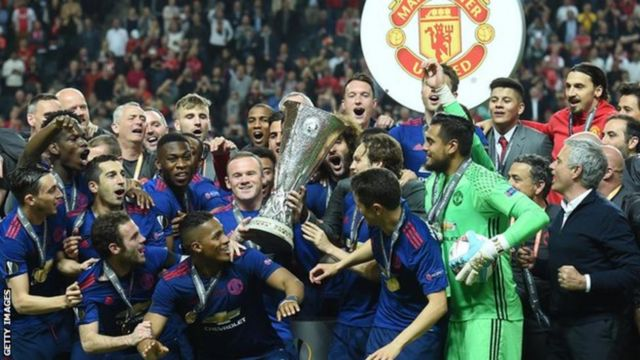 Manchester United team with Europa League trophy