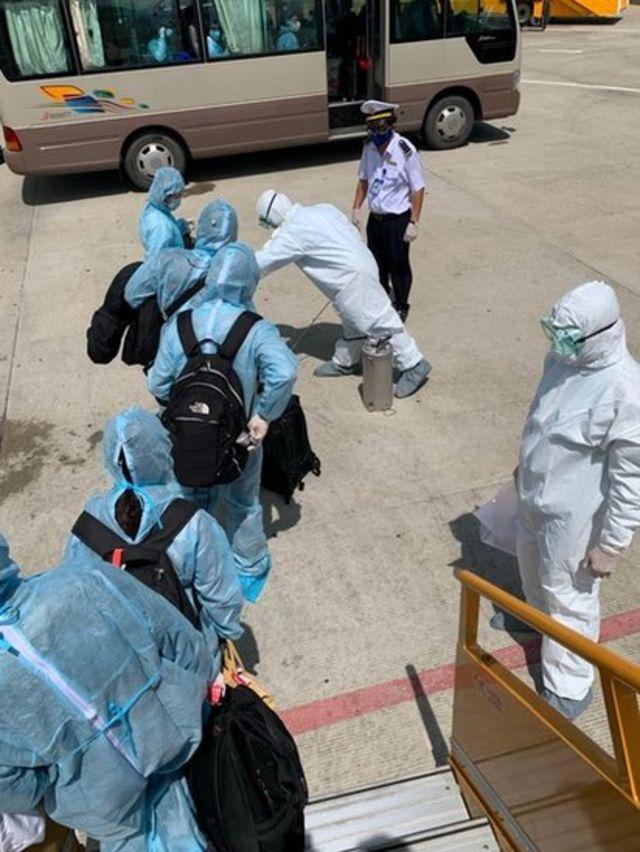 Từng hành khách trên chuyến bay được xịt thuốc khử trùng