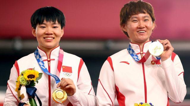 东京奥运:中国冠军钟天使、鲍珊菊颁奖台上戴毛泽东像章引违规争议