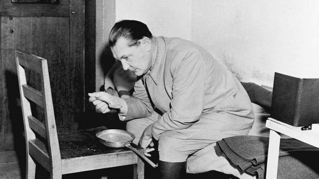 Hermann Göring comiendo en su celda