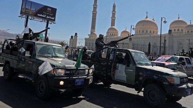 Patrulha policial durante o funeral dos rebeldes Houthi na capital do Iêmen, em 22 de setembro de 2020