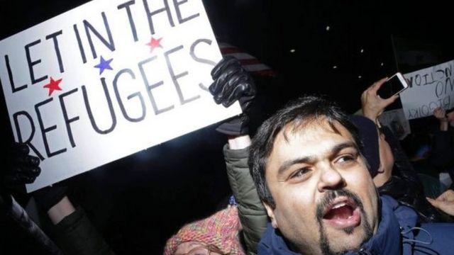 La décision de Donald Trump de suspendre les entrées de ressortissants de sept pays musulmans aux Etats-Unis est contestée aux Etats-Unis.