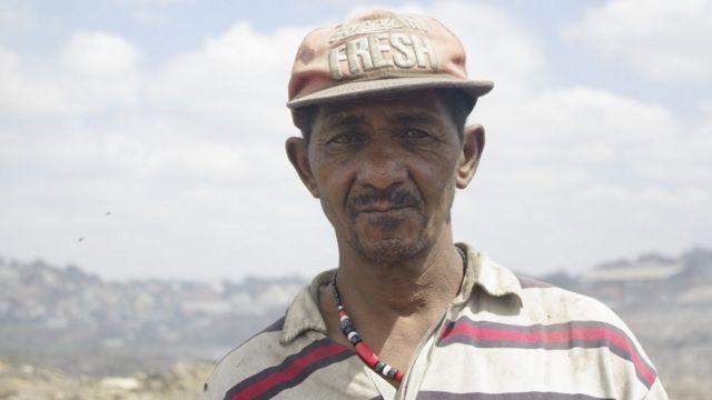 Pierre Rakoto a perdu sa femme morte asphyxiée par la fumée après que des chiffonniers ont mis le feu aux ordures.