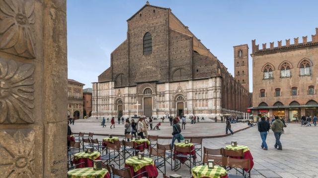 Mujami'ar San Petronio ita babbar mujami'a Bologna
