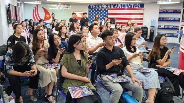 Sinh viên và các bạn trẻ theo dõi bầu cử Mỹ hôm 04/11/2020 tại Trung tâm Hoa Kỳ ở TP HCM