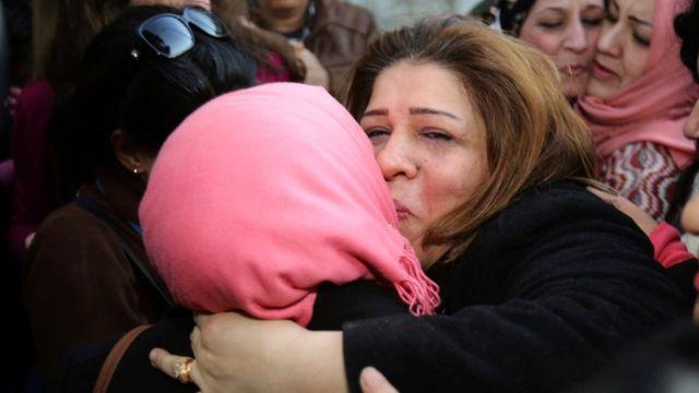 الصحفية العراقية أفراح القيسي بين أحضان مستقبليها إثر إطلاق سراحها الاربعاء 4 يناير/كانون الثاني 2017