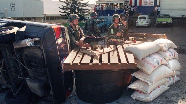 Wanajeshi wa Marekani wajipanga nje ya duka la jumla nchini panama tarehe 23 mwezi Disemba 1989