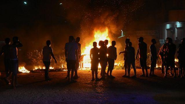 Moradores do bairro de Santa Rita, em Macapá, protestaram contra o apagão no Estado