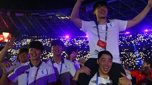 Atlet Korea Utara dan Selatan pawai bersama dalam upacara penutupan dan pembukaan Asian Games.