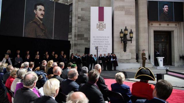 Ceremonia de inauguración de un monumento en Londres en honor a los masones condecorados con la Cruz Victoria durante la Primera Guerra Mundial.