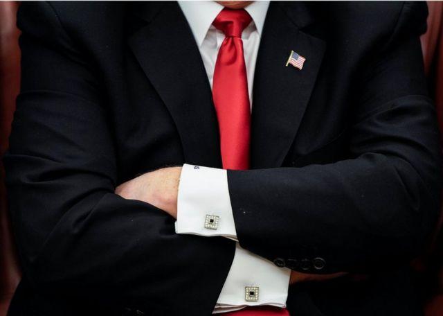 Donald Trump de braços cruzados