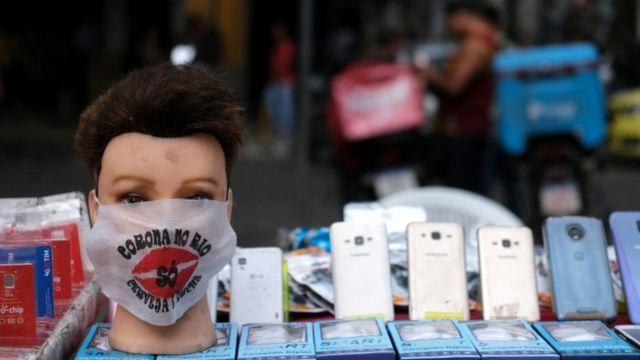 Manequim com máscara no Rio