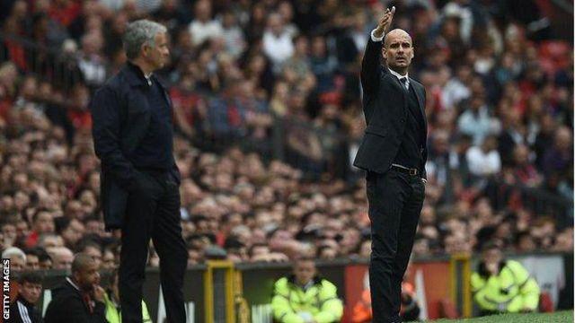 Mourinho na Guardiola (uzamuye akaboko) basanzwe ari abakeba.